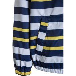 Benetton Kurtka przeciwdeszczowa multicolor. Niebieskie kurtki chłopięce przeciwdeszczowe marki Benetton, z bawełny. Za 129,00 zł.