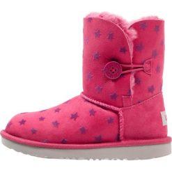 UGG BAILEY BUTTON II STARS Botki brambleberry. Czerwone buty zimowe damskie Ugg, z wełny. Za 799,00 zł.