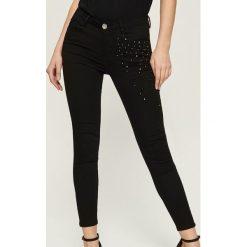 Spodnie skinny z aplikacją z pereł - Czarny. Czarne rurki damskie Sinsay, z aplikacjami. Za 79,99 zł.