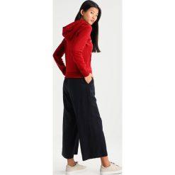 Abercrombie & Fitch HOLIDAY LOGO Bluza rozpinana red. Czerwone kardigany damskie Abercrombie & Fitch, xl, z bawełny. Za 349,00 zł.