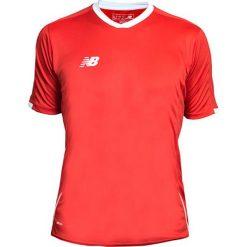 Koszulka treningowa - EMT6106HRD. Czerwone koszulki do piłki nożnej męskie marki New Balance, na jesień, m, z materiału. W wyprzedaży za 89,99 zł.