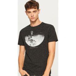 Melanżowy t-shirt z nadrukiem - Czarny. Czarne t-shirty męskie z nadrukiem Reserved, l. Za 49,99 zł.