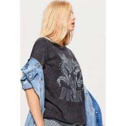 Koszulka w rockowym stylu - Szary. Szare t-shirty damskie marki Cropp, l. Za 49,99 zł.