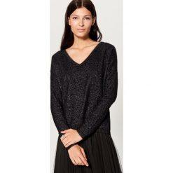 Sweter z błyszczącej dzianiny - Czarny. Czerwone swetry klasyczne damskie marki Mohito, z bawełny. Za 99,99 zł.