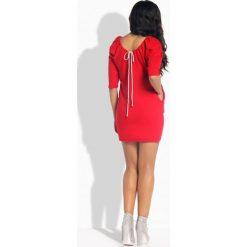 Sportowa sukienka z wiązaniem z tyłu czerwony LILLIAN. Czerwone sukienki hiszpanki Lemoniade, sportowe, dopasowane. Za 99,00 zł.