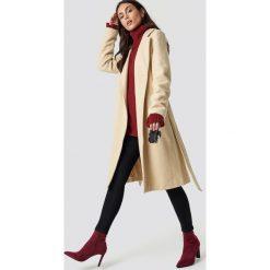 Dilara x NA-KD Klasyczny płaszcz z paskiem - Beige. Brązowe płaszcze damskie Dilara x NA-KD, w paski, klasyczne. Za 445,95 zł.