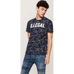 T-shirty męskie: T-shirt camo z napisem – Granatowy