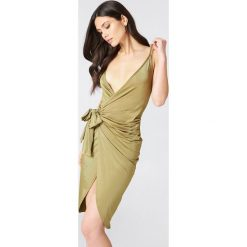 Boohoo Kopertowa sukienka na ramiączkach z wiązaniem - Green. Zielone sukienki mini marki Boohoo, z materiału, z kopertowym dekoltem, z krótkim rękawem, kopertowe. W wyprzedaży za 30,29 zł.