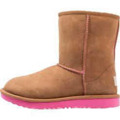 UGG CLASSIC II Botki chestnut/pink azalea. Brązowe buty zimowe damskie Ugg, z materiału. Za 669,00 zł.