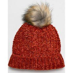 Vero Moda - Czapka. Czerwone czapki zimowe damskie Vero Moda, na zimę, z dzianiny. W wyprzedaży za 39,90 zł.