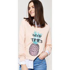 Bluzy damskie: Krótka bluza z cekinową aplikacją – Różowy