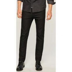Jeansy slim fit - Czarny. Czarne jeansy męskie relaxed fit Reserved. Za 89,99 zł.