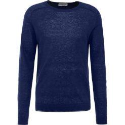 Essentiel Antwerp KNEWEST Sweter blue. Niebieskie swetry klasyczne męskie marki Essentiel Antwerp, m, ze lnu. W wyprzedaży za 369,50 zł.