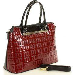 MONNARI Logowana torebka kuferek c. czerwony. Czerwone kuferki damskie Monnari, w paski, ze skóry ekologicznej, na ramię, z tłoczeniem. Za 179,00 zł.