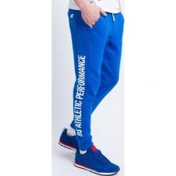 Spodnie dresowe męskie SPMD221 - niebieski. Niebieskie joggery męskie marki 4f, na lato, z nadrukiem, z bawełny. Za 99,99 zł.
