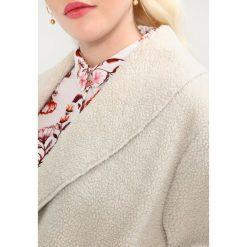 New Look Curves SHEARLING CHUCK ON Płaszcz zimowy cream. Białe płaszcze damskie New Look Curves, na zimę, z materiału. W wyprzedaży za 175,45 zł.