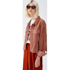 Sztruksowa kurtka z kieszeniami. Czerwone kurtki damskie Pull&Bear, z denimu. Za 119,00 zł.