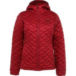 The North Face THERMOBALL Kurtka Outdoor rumba red. Różowe kurtki damskie turystyczne marki The North Face, m, z nadrukiem, z bawełny. Za 899,00 zł.