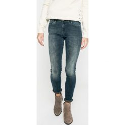 Wrangler - Jeansy. Szare jeansy damskie rurki marki Wrangler, na co dzień, m, z nadrukiem, casualowe, z okrągłym kołnierzem, mini, proste. W wyprzedaży za 299,90 zł.