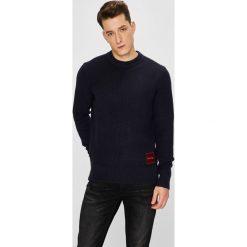 Calvin Klein - Sweter. Czarne swetry klasyczne męskie Calvin Klein, l, z bawełny, z okrągłym kołnierzem. W wyprzedaży za 429,90 zł.