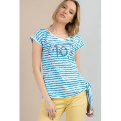 Prążkowany t-shirt z cekinami. Szare t-shirty damskie Monnari, z napisami, z bawełny. Za 59,50 zł.