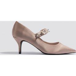 Czółenka: NA-KD Shoes Satynowe czółenka ze zdobionym paskiem – Pink,Beige