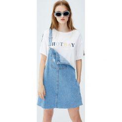 Koszulka z literami i tasiemkami na rękawach. Szare t-shirty damskie Pull&Bear. Za 49,90 zł.