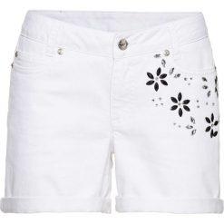 Szorty w kwiaty bonprix biały. Czarne szorty damskie z printem marki bonprix. Za 99,99 zł.