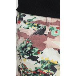 GStar PHARRELL WILLIAMS ELWOOD X52 3D Jeansy Straight Leg milk/skin. Czerwone jeansy męskie marki G-Star, l, z napisami. W wyprzedaży za 389,40 zł.
