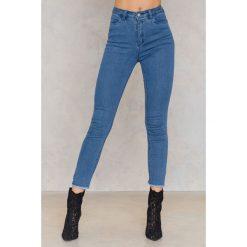 NA-KD Jeansy z wysokim stanem i rozcięciami po bokach - Blue. Niebieskie jeansy damskie marki NA-KD, z bawełny. W wyprzedaży za 80,98 zł.