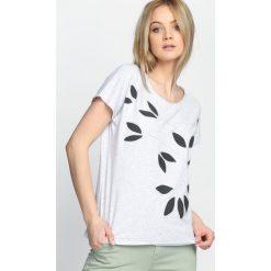 Jasnoszary T-shirt Daughters. Szare bluzki damskie Born2be, m. Za 29,99 zł.