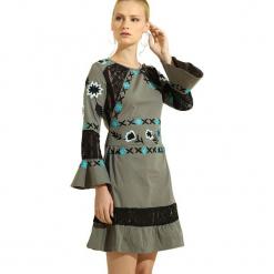 Sukienka w kolorze szarym. Szare długie sukienki marki Almatrichi, z dekoltem na plecach, z długim rękawem, proste. W wyprzedaży za 179,95 zł.