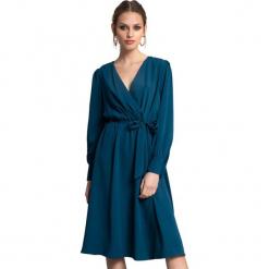 Sukienka w kolorze niebieskim. Niebieskie długie sukienki marki Almatrichi, s, z długim rękawem, proste. W wyprzedaży za 219,95 zł.