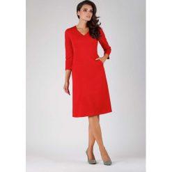 Czerwona Trapezowa Wizytowa Sukienka Midi z Kieszeniami. Czerwone sukienki koktajlowe marki Molly.pl, do pracy, l, w jednolite wzory, dekolt w kształcie v, midi, oversize. W wyprzedaży za 125,46 zł.