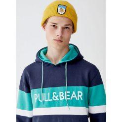 Bluza z kapturem i panelami z logo. Zielone bluzy męskie rozpinane Pull&Bear, m, z kapturem. Za 99,90 zł.