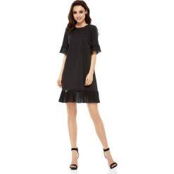 Wizytowa Sukienka z Ozdobnym Plisowaniem - Czarna. Białe sukienki balowe marki numoco, do pracy, l, z nadrukiem, z elastanu, z kopertowym dekoltem, z długim rękawem, kopertowe. Za 178,90 zł.