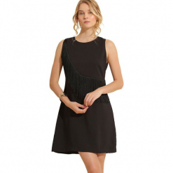 Sukienka w kolorze czarnym. Czarne sukienki rozkloszowane marki Almatrichi, z okrągłym kołnierzem, midi. W wyprzedaży za 159,95 zł.