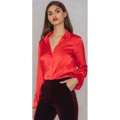 Rut&Circle Plisowana koszula Maci - Red. Czerwone koszule wiązane damskie marki Rut&Circle, z poliesteru, z długim rękawem. W wyprzedaży za 60,98 zł.