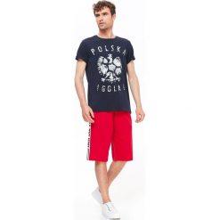 T-SHIRT KRÓTKI RĘKAW MĘSKI Z NADRUKIEM, GŁADKI. Szare t-shirty męskie z nadrukiem marki Top Secret. Za 19,99 zł.