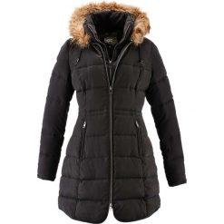Krótki płaszcz z kapturem bonprix czarny. Czarne płaszcze damskie z futerkiem bonprix. Za 239,99 zł.