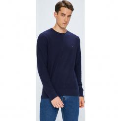 Tommy Hilfiger - Sweter. Niebieskie swetry klasyczne męskie TOMMY HILFIGER, l, z bawełny, z okrągłym kołnierzem. W wyprzedaży za 319,90 zł.