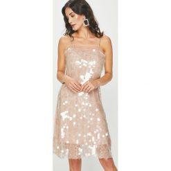 Answear - Sukienka Night Fever. Szare sukienki balowe ANSWEAR, l, z poliesteru, mini, proste. Za 229,90 zł.