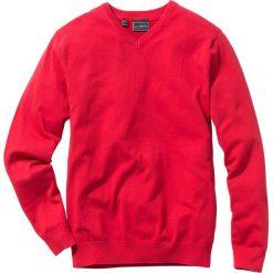 Sweter z dekoltem w serek Regular Fit bonprix czerwony. Czerwone swetry klasyczne męskie marki bonprix, m, z dzianiny, z dekoltem w serek. Za 74,99 zł.