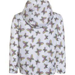 GAP GIRLS WINDBUSTER Kurtka przeciwdeszczowa optic white. Białe kurtki dziewczęce przeciwdeszczowe marki GAP, z materiału. W wyprzedaży za 143,10 zł.