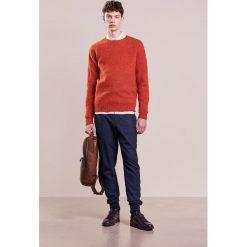 Swetry klasyczne męskie: YMC You Must Create SUEDEHEAD  Sweter rust