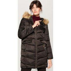 Pikowany płaszcz z kapturem - Czarny. Czarne płaszcze damskie marki Mohito. Za 279,99 zł.