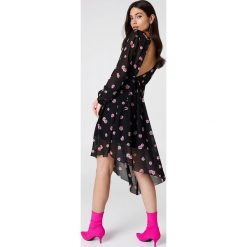 Sukienki asymetryczne: NA-KD Trend Asymetryczna sukienka z wycięciem z tyłu – Black,Multicolor