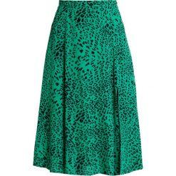 Gestuz LOUI SKIRT Spódnica trapezowa green leopard. Zielone spódniczki trapezowe Gestuz, z materiału. Za 509,00 zł.