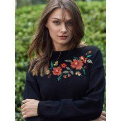 DOPASOWANY SWETER Z HAFTEM. Szare swetry klasyczne damskie Top Secret, na jesień. Za 119,99 zł.