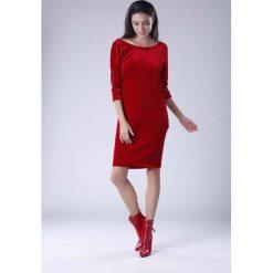 Czerwona Wyjściowa Sukienka Welurowa z Lejącym Dekoltem na Plecach. Czerwone sukienki koktajlowe Molly.pl, l, z tkaniny, z dekoltem na plecach, dopasowane. W wyprzedaży za 125,46 zł.